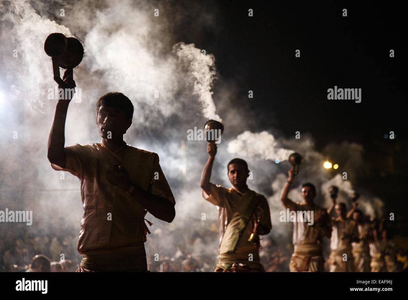 Una noche ceremonia Ganga Aarti religión hindú en el Ganges en Varanasi, India. Imagen De Stock