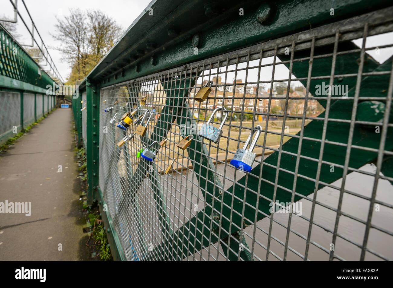 Romance - candados a la izquierda en un puente de ferrocarril de York valla simboliza simboliza el amor romántico Imagen De Stock