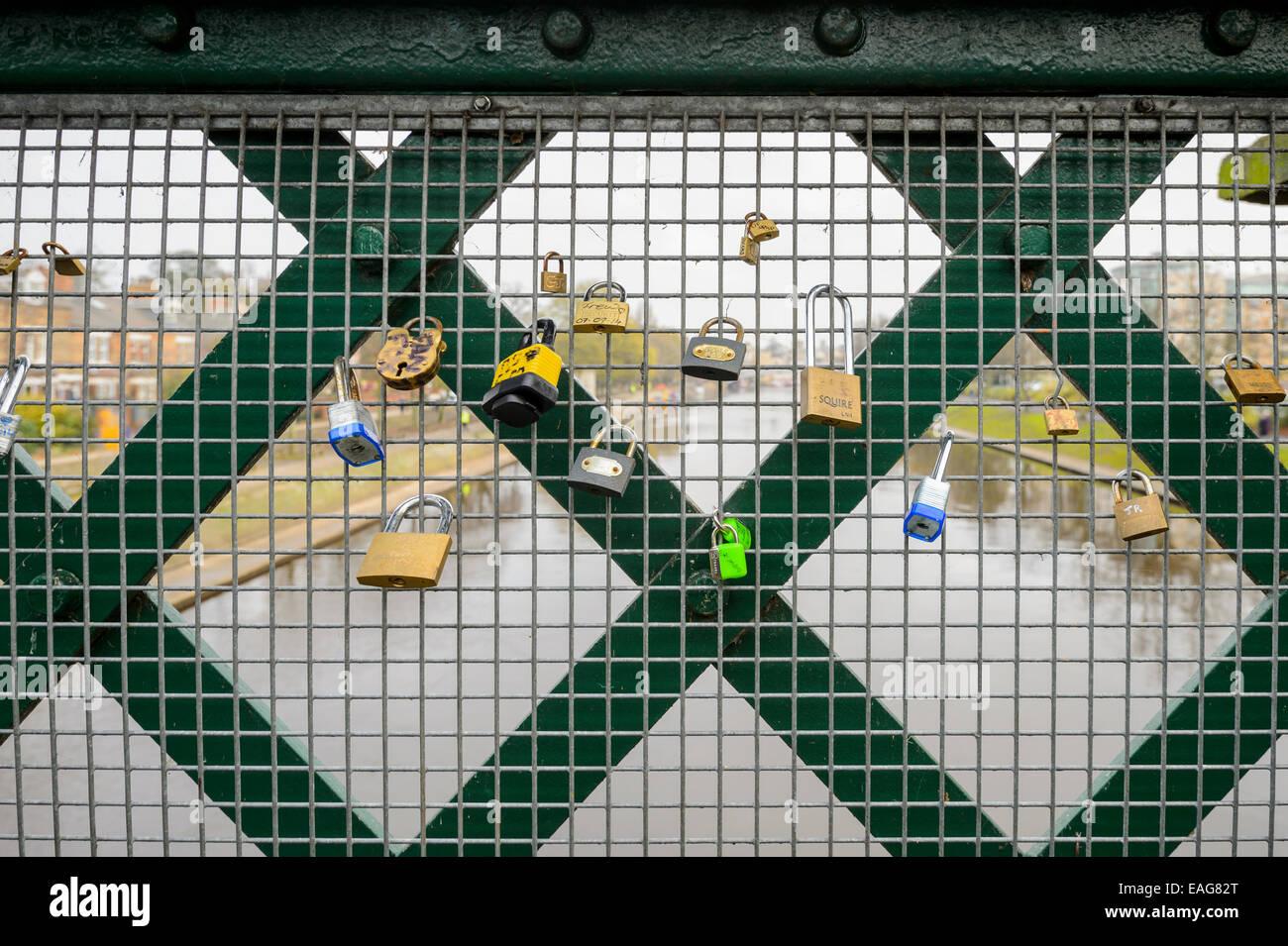 Un espectáculo público de afecto - candados a la izquierda en un puente de ferrocarril de York valla simbólica Imagen De Stock