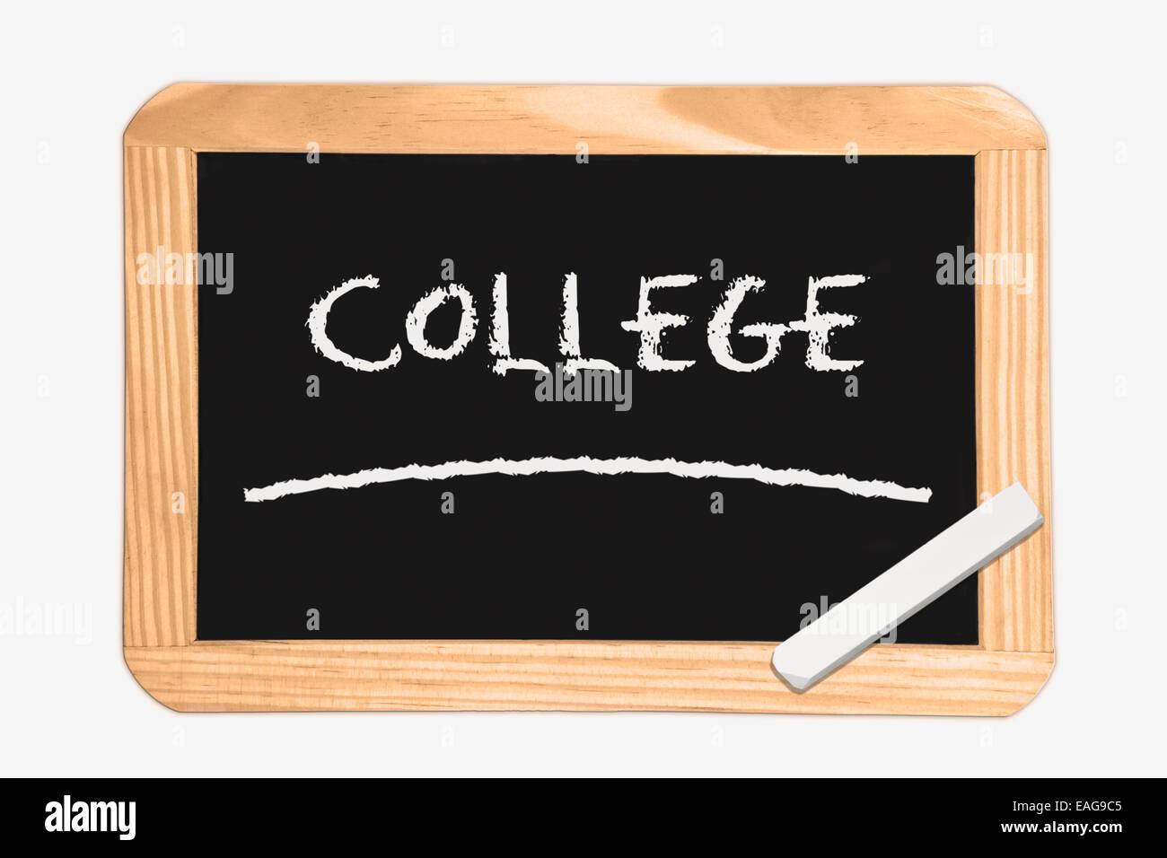Pizarra con la inscripción College, un pedazo de tiza blanca en la esquina Imagen De Stock