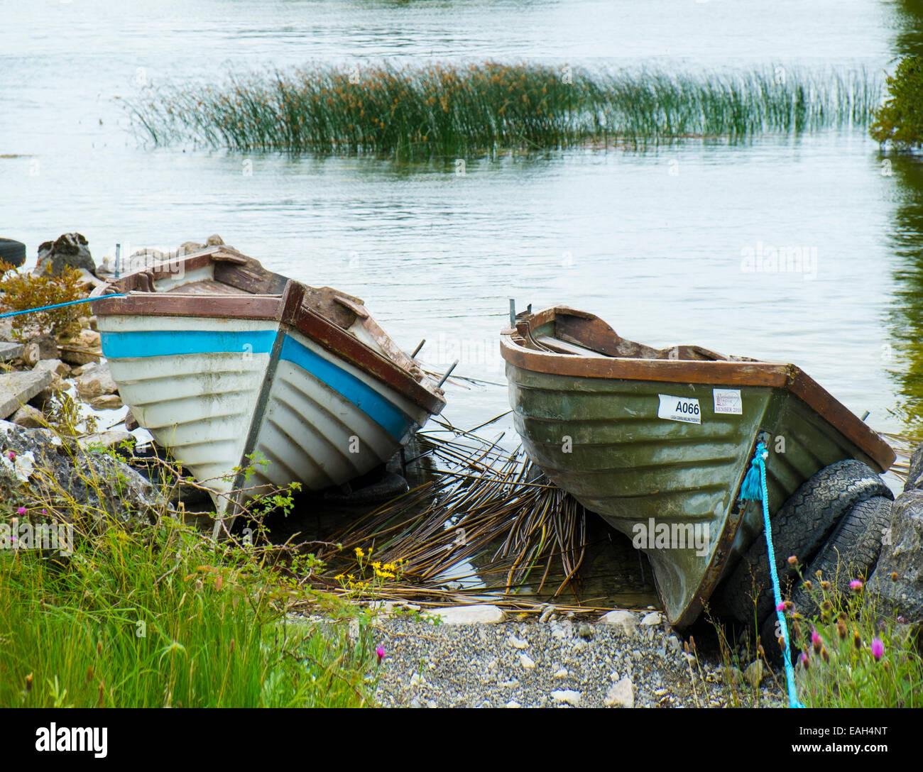 Barcos de pesca al lago elaborado en la orilla del lago en Lough Corrib, Condado de Galway, Irlanda Imagen De Stock