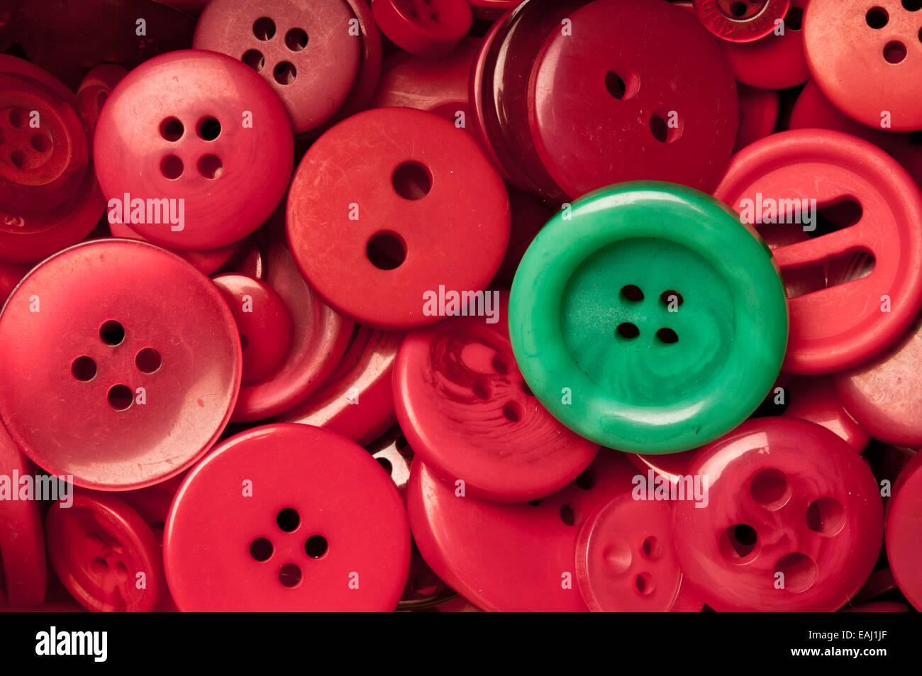 Botón verde entre los botones rojos Imagen De Stock
