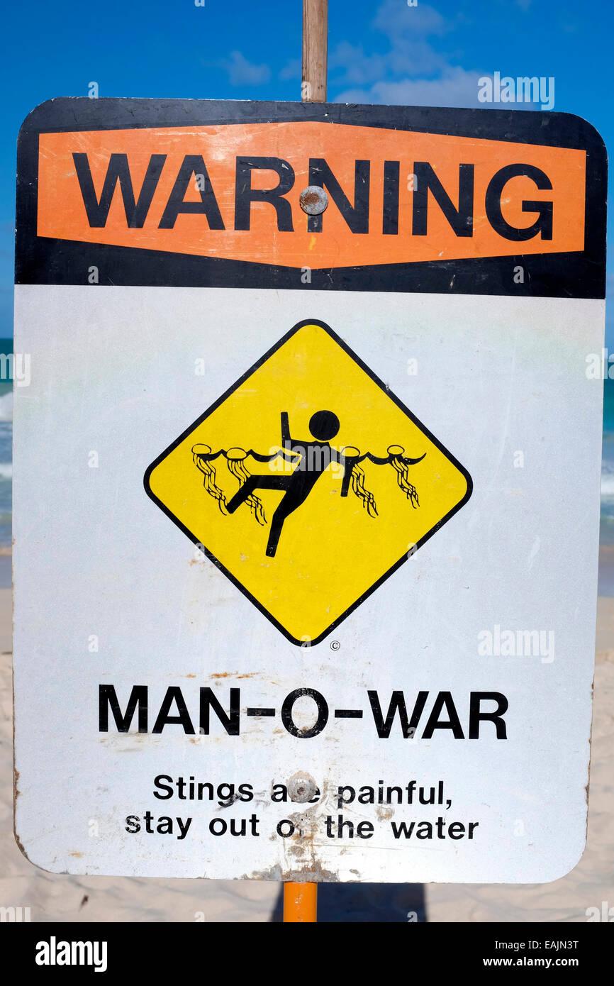 Man-O-War signo de advertencia en Oahu Beach, Hawaii Foto de stock