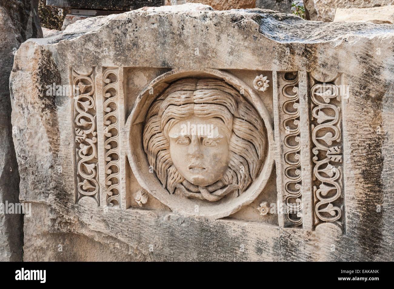 Alivio en el bloque de piedra del anfiteatro romano, la antigua ciudad de Myra, Demre, provincia de Antalya, Turquía Imagen De Stock