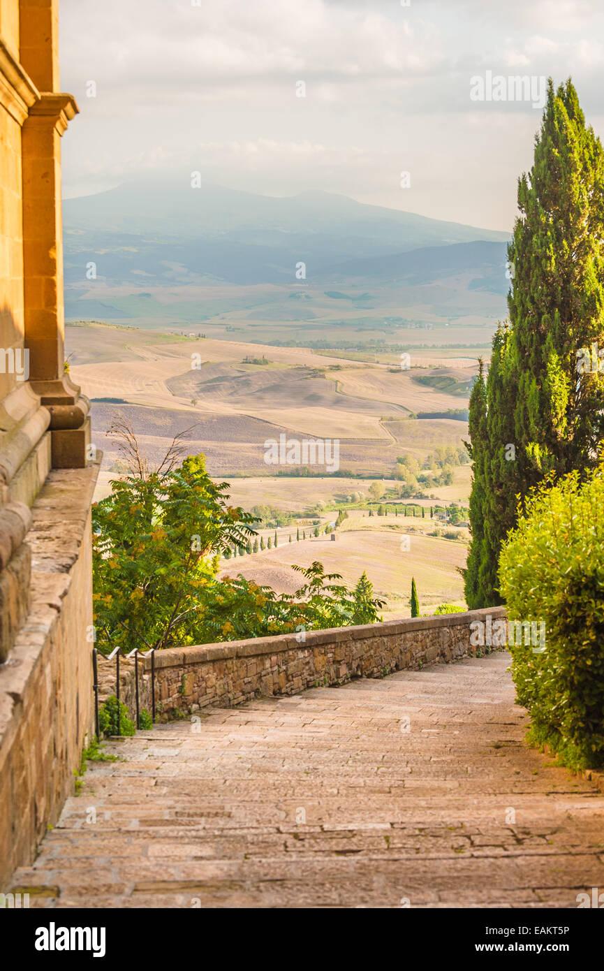 Soleadas calles de la ciudad italiana de Pienza en Toscana Imagen De Stock