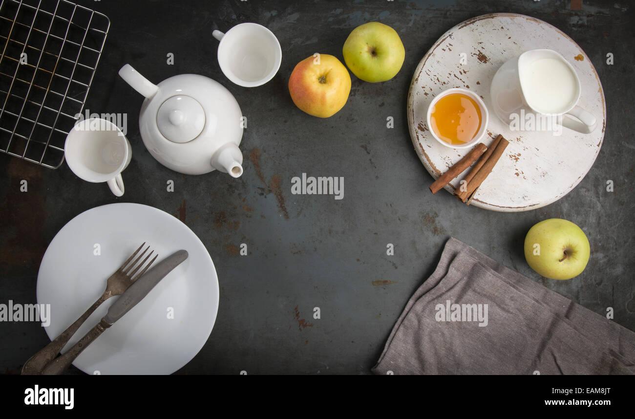 Desayuno con té y manzanas. Imagen De Stock