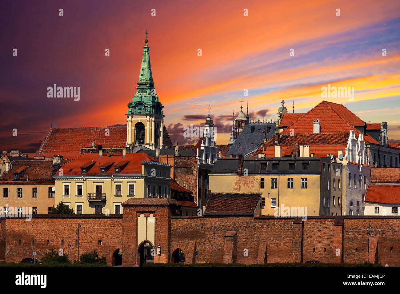 Puesta de sol sobre el casco antiguo de Torun, Polonia. Imagen De Stock