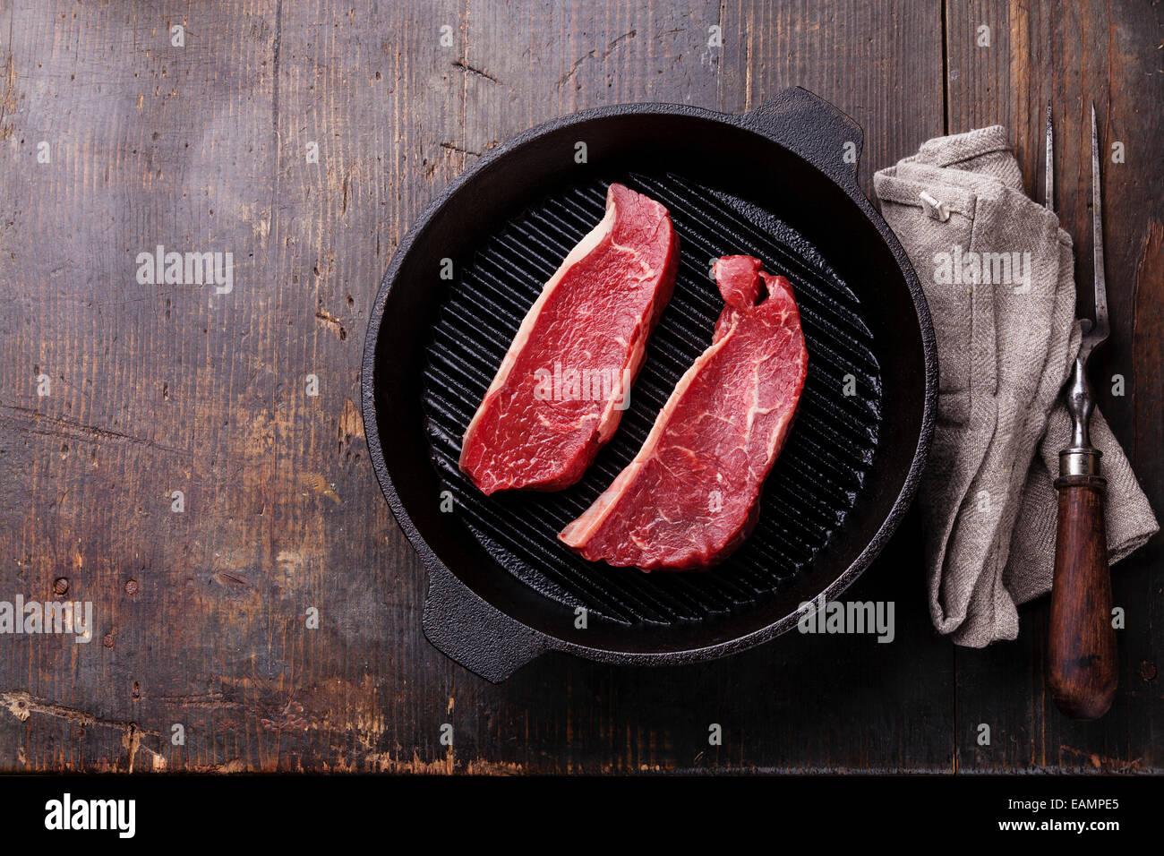Bistec de solomillo rara en la parrilla sobre fondo de madera Imagen De Stock
