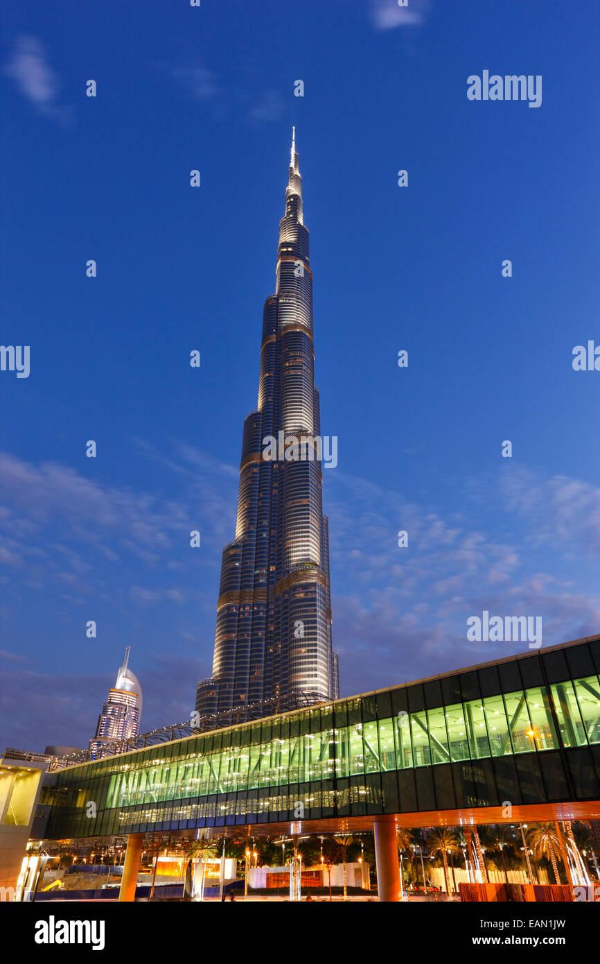 La arquitectura moderna. Pasillo hasta Dubai Mall y el edificio Burj Khalifa en Dubai en el fondo. Foto de stock