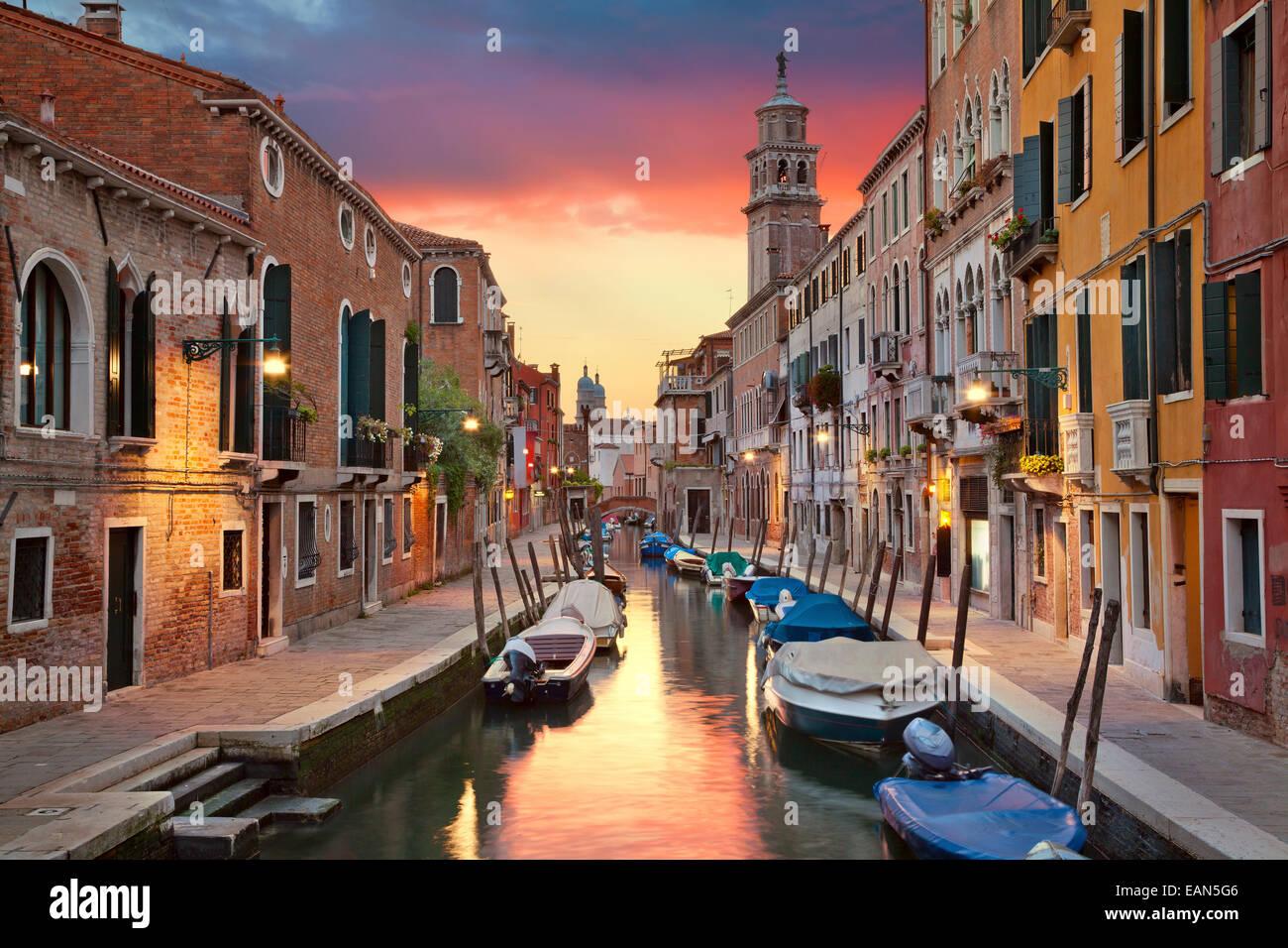 Uno de los muchos canales angostos en Venecia durante el hermoso atardecer. Imagen De Stock