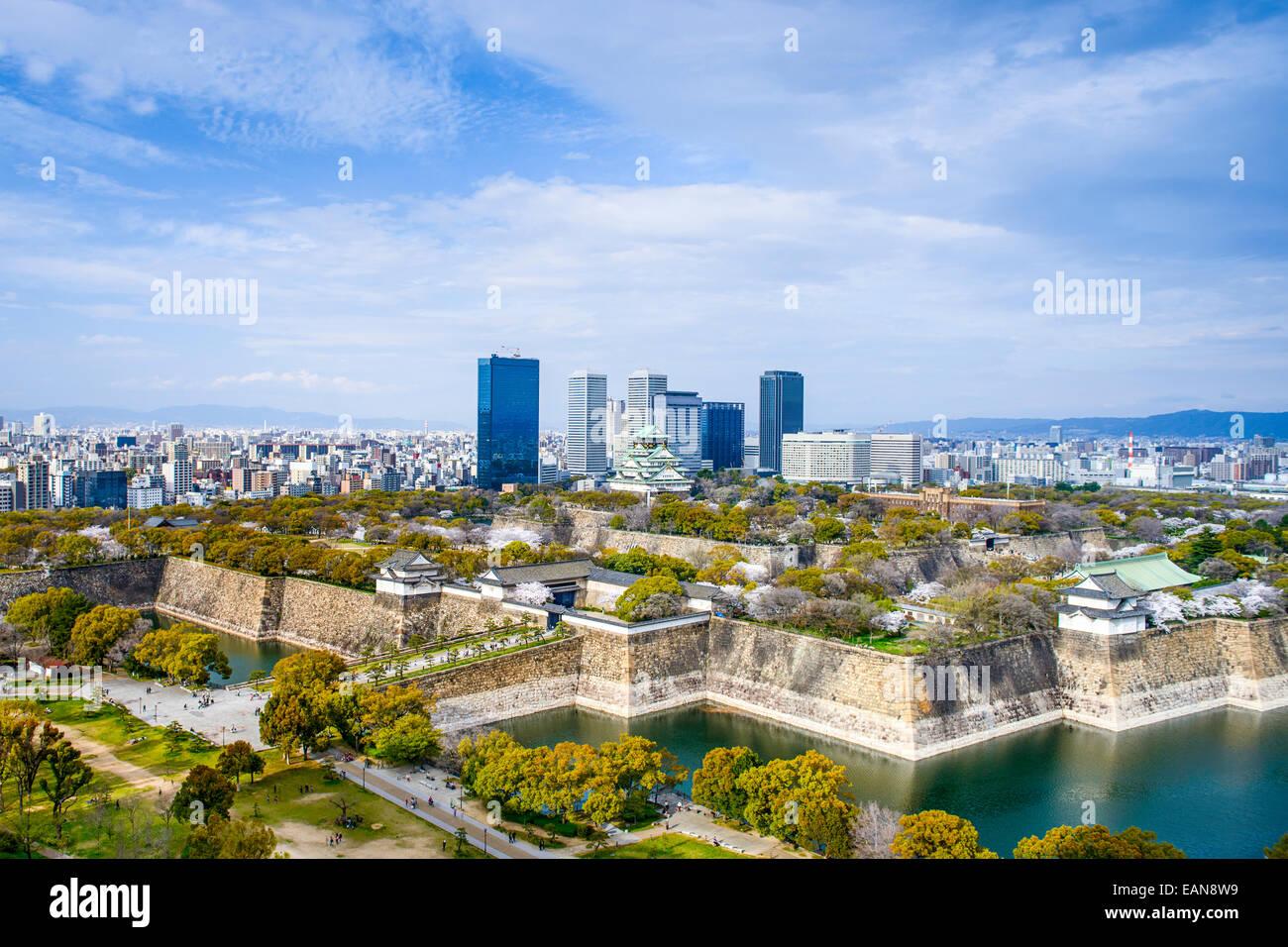 Osaka, Japón, el horizonte de la ciudad con el Castillo de Osaka. Imagen De Stock