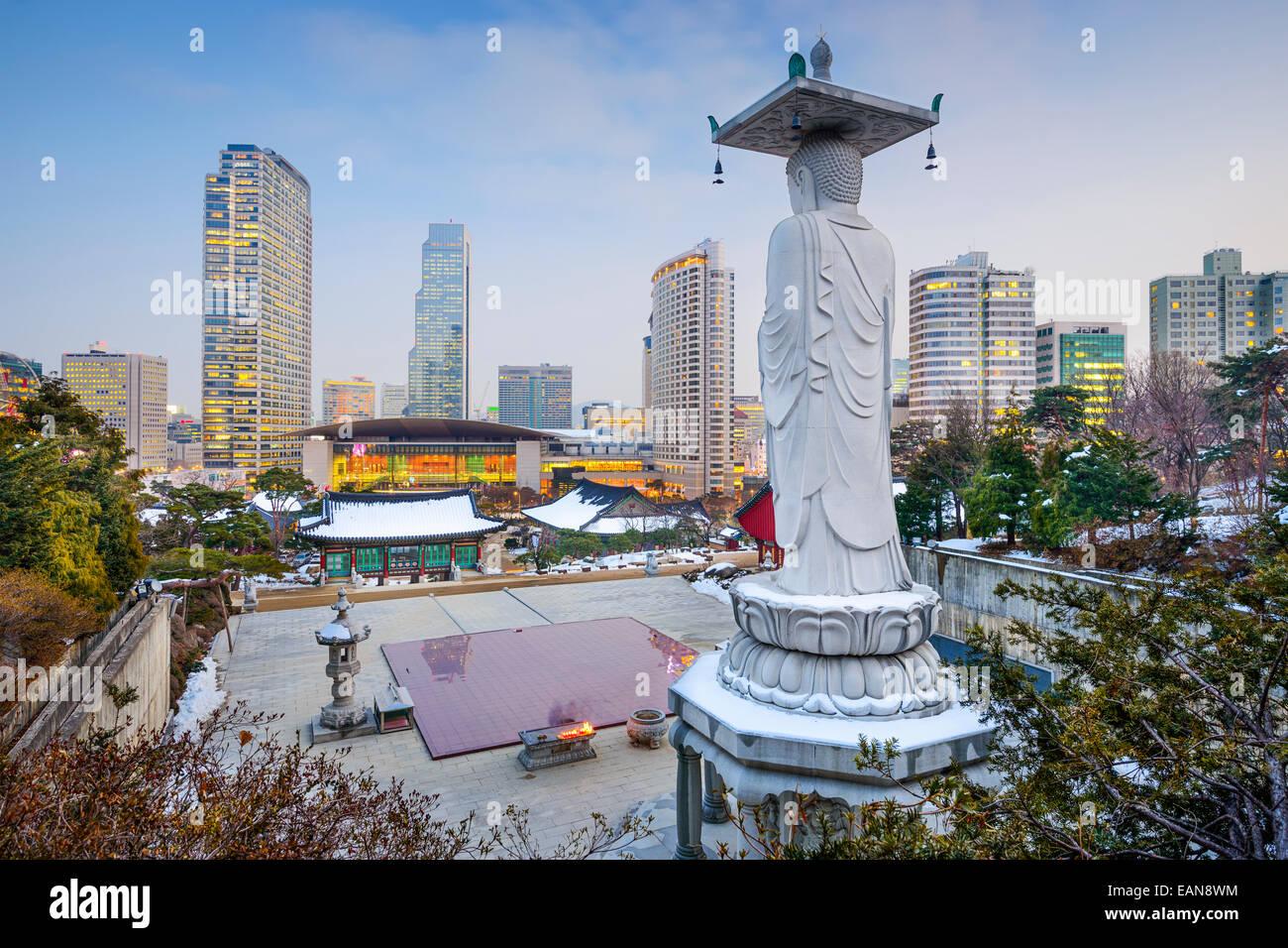 Seúl, Corea del Sur paisaje urbano en el distrito de Gangnam, visto desde el Templo Bongeunsa. Imagen De Stock