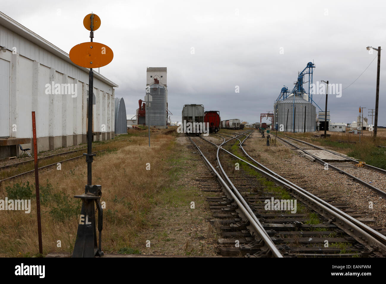 Línea de ferrocarril acercándose patio ferroviario de carga de granos assiniboia Saskatchewan Canadá Imagen De Stock