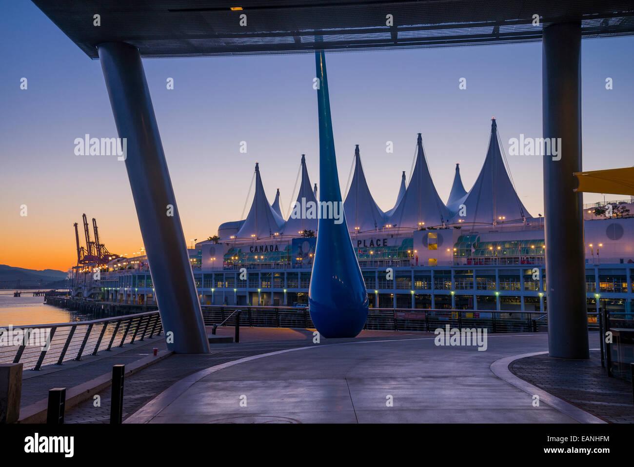 """Escultura titulada """"La caída"""" en el Centro de Convenciones de Vancouver, West Vancouver, British Imagen De Stock"""