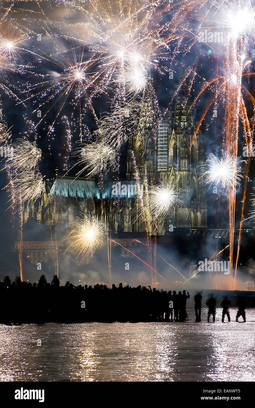 Pessoas assistindo FOGO por sus siglas en inglés de artifício a margem do rio Reno atrás da catedral Imagen De Stock