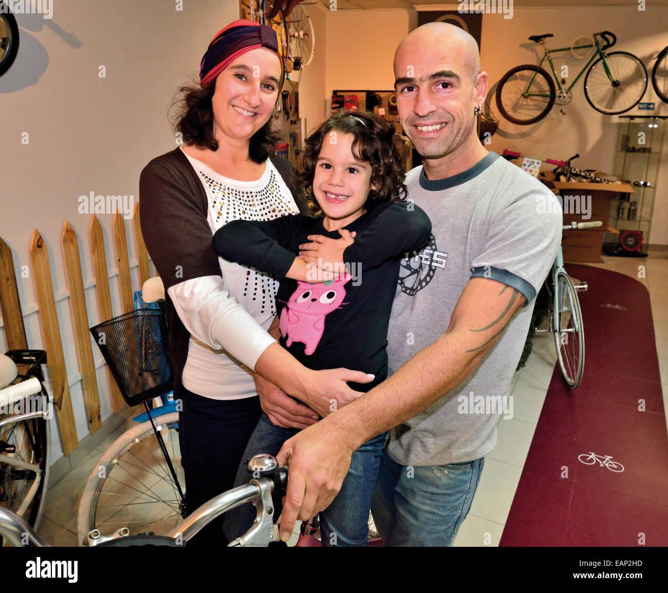 Portugal, Algarve Portugués: joven familia en su tienda de bicicletas y Moto Cafe Lounge en Faro Imagen De Stock