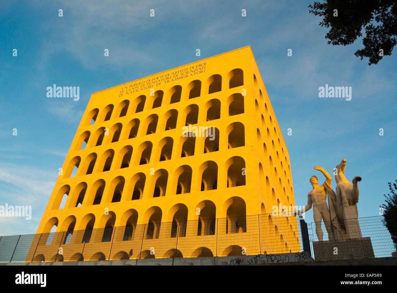 Palazzo della Civiltà Italiana (1943), el gobierno y el distrito financiero EUR, Roma, Italia Imagen De Stock