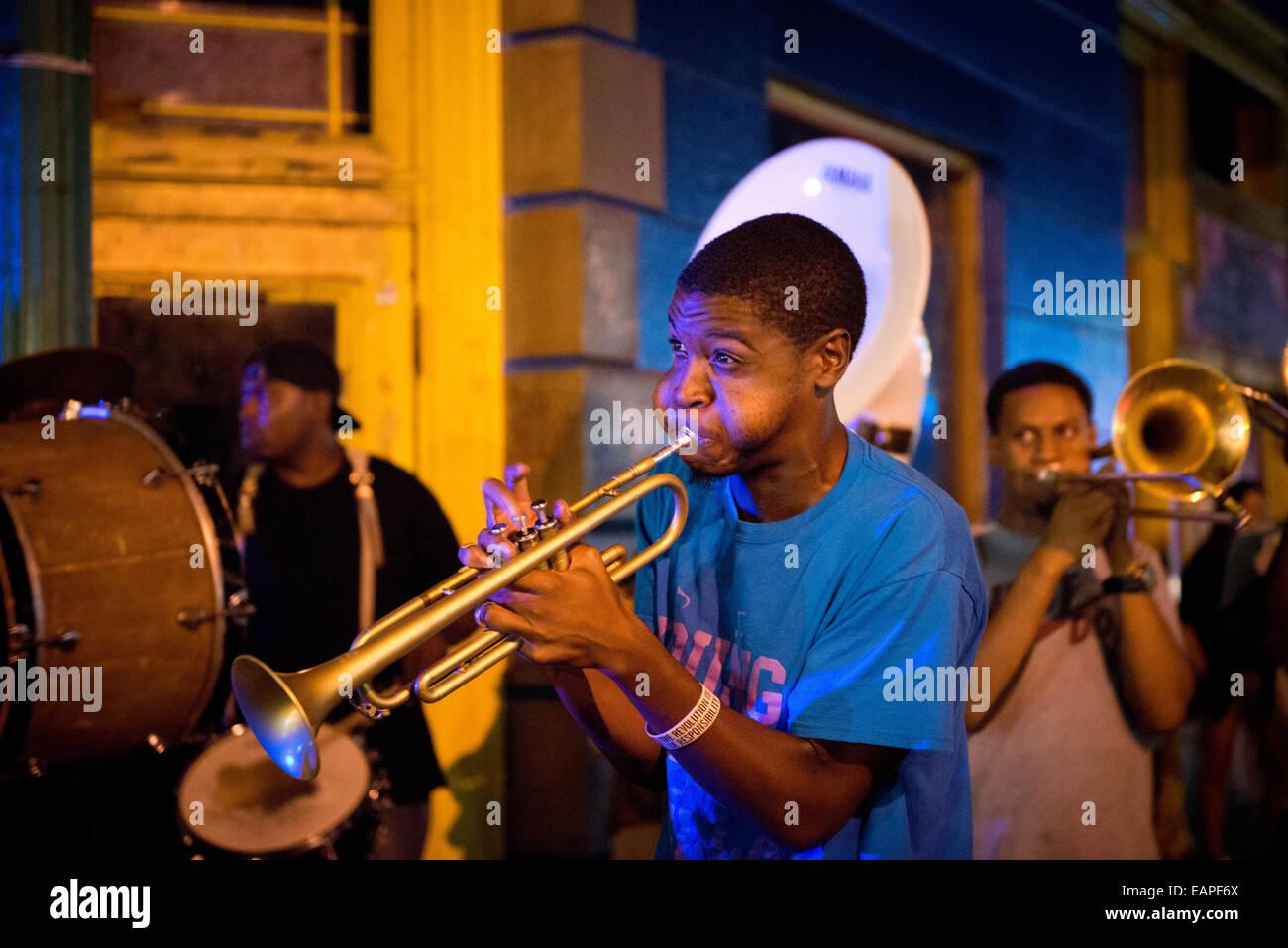 Una banda de jazz actuando en Frenchmen Street. Nueva Orleáns, Louisiana Imagen De Stock