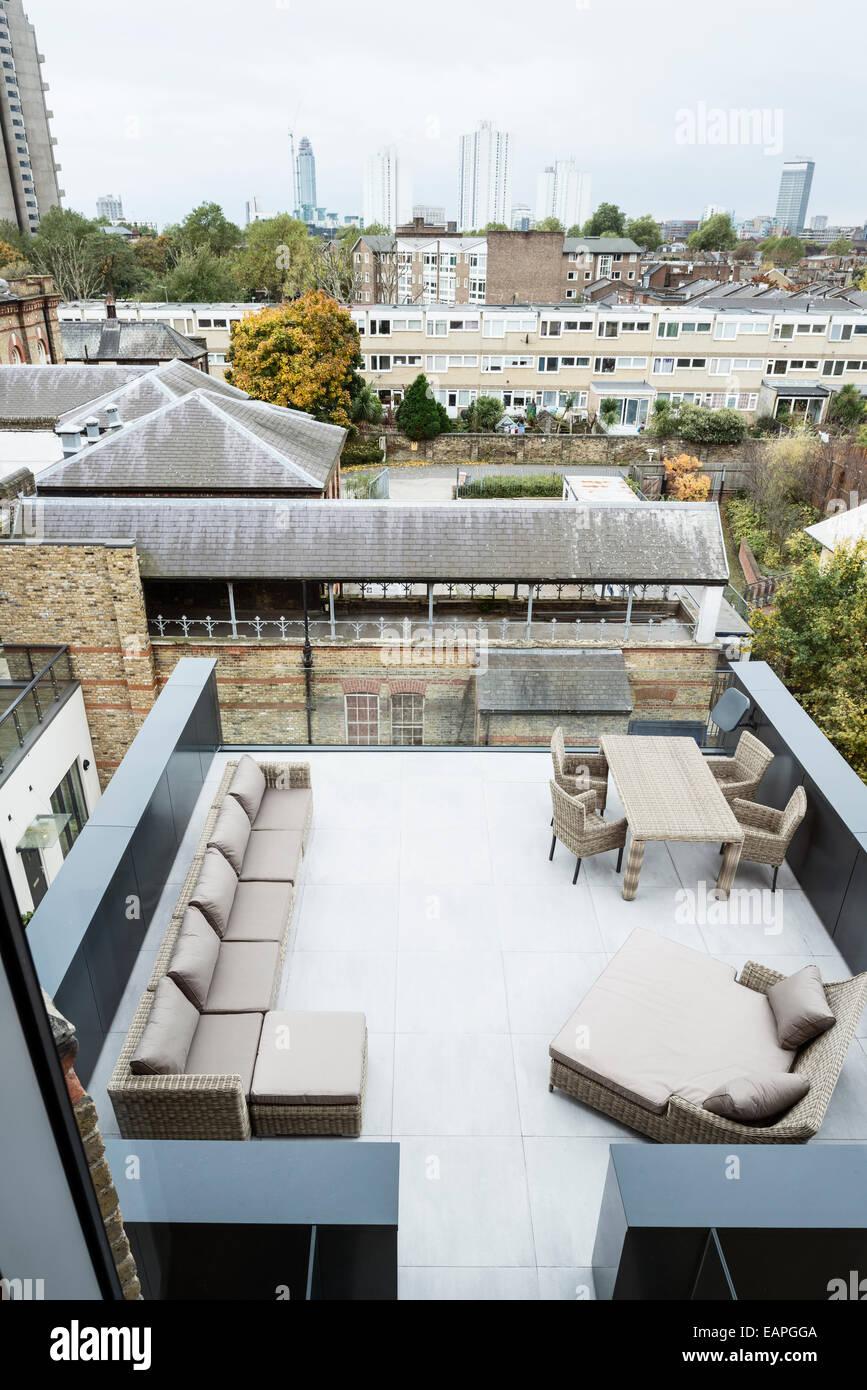 Muebles de exterior por OKA en la terraza del tejado con vistas de ...