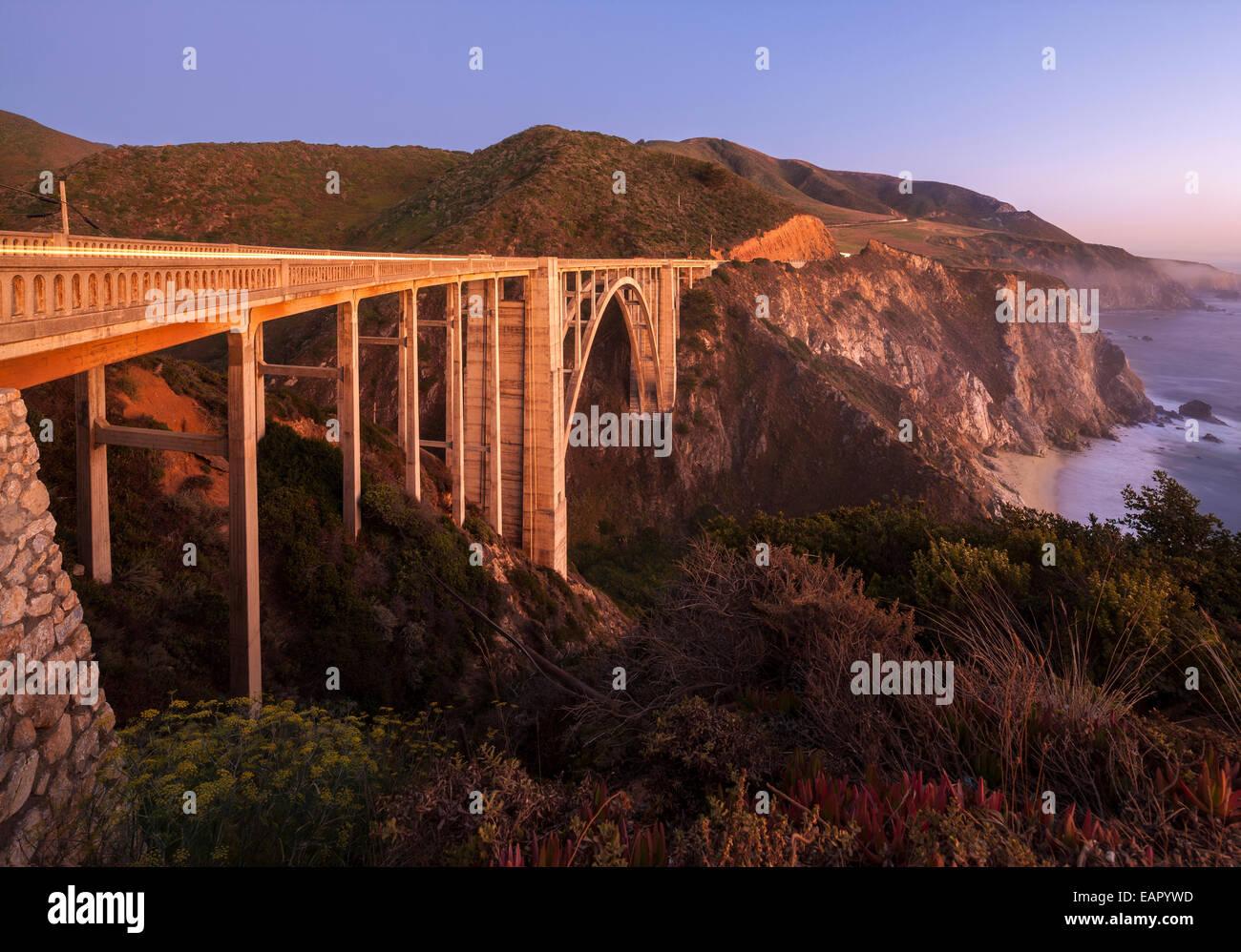 Bixby Puente Pacific Coast Highway Big Sur de California. Bixby Creek Canyon Bridge con rayas de luz costa de automóviles Imagen De Stock