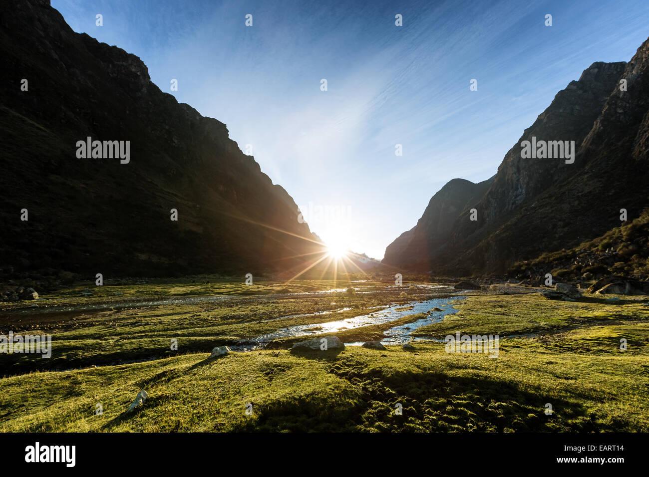 Amanecer en lugares de campamento Llamacorral, valle de Santa Cruz, la Cordillera Blanca, los Andes, Perú, Imagen De Stock