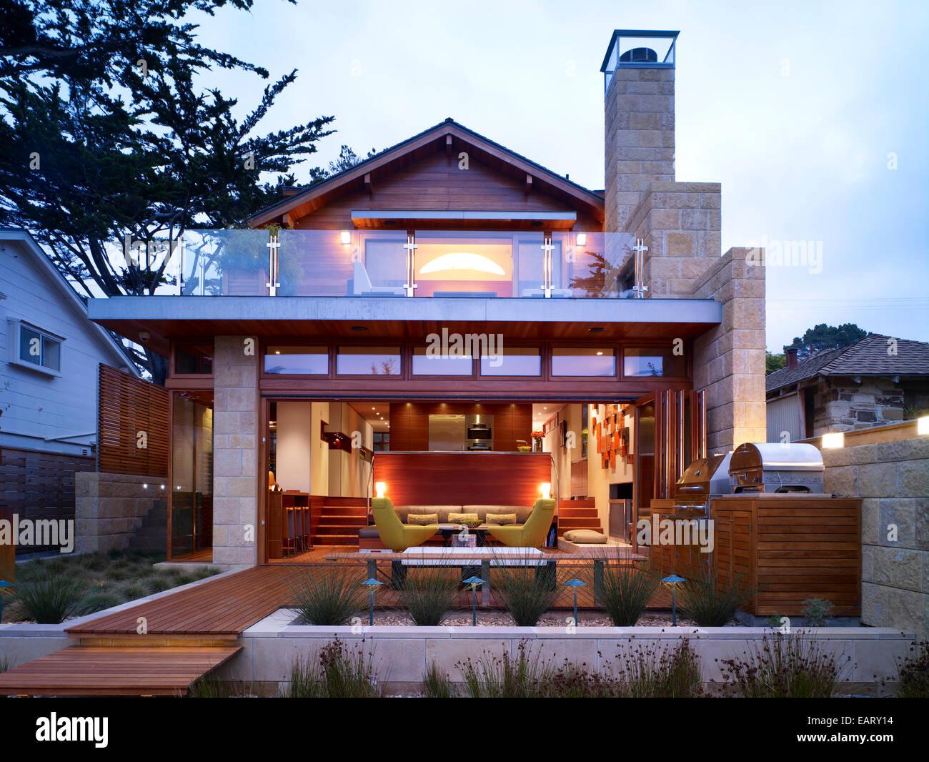 La Parte Trasera De La Casa Moderna Con Una Terraza Jardín