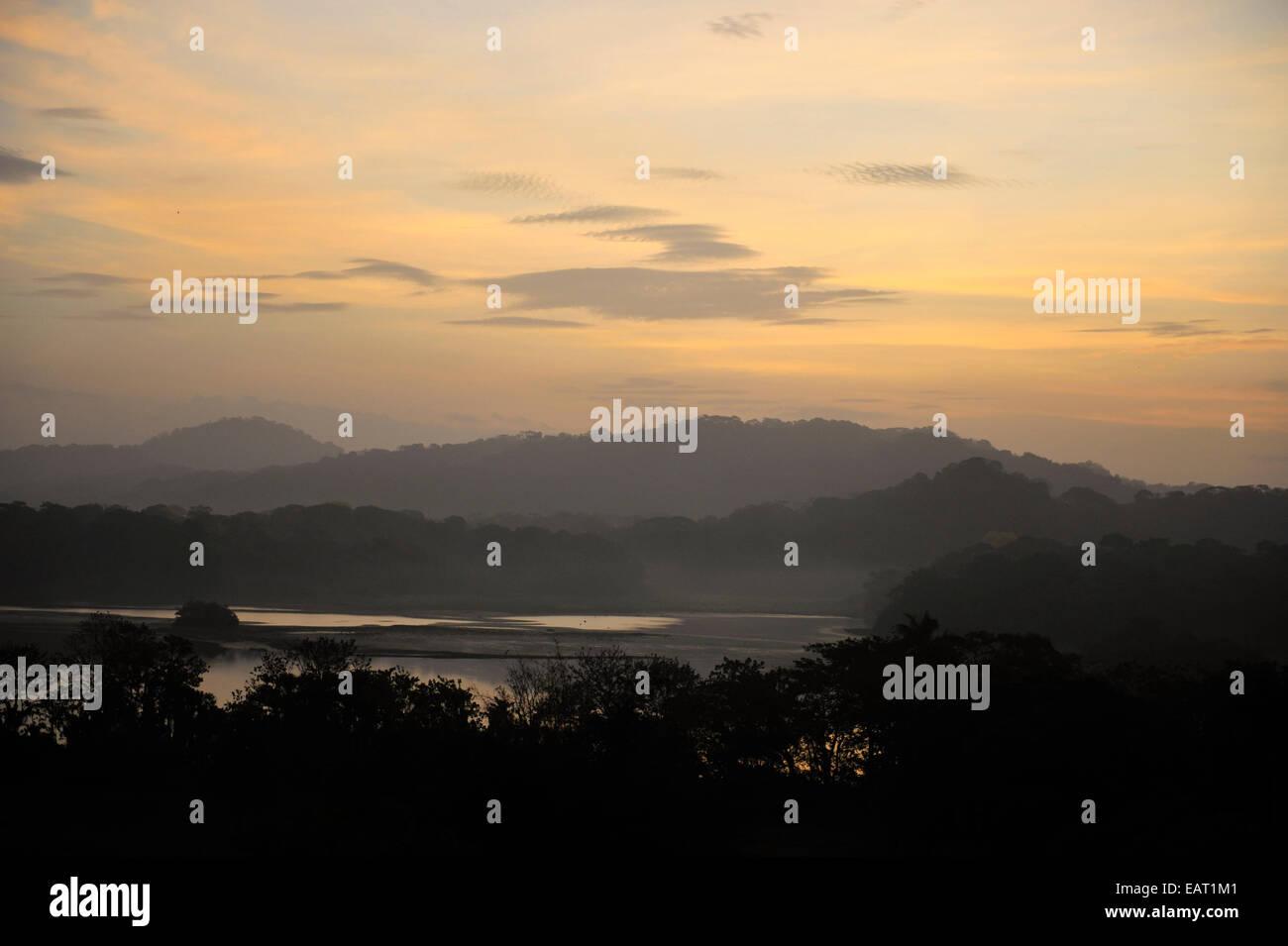 Vista del amanecer sobre cubierta selvática & Lago Gatún Panamá Imagen De Stock
