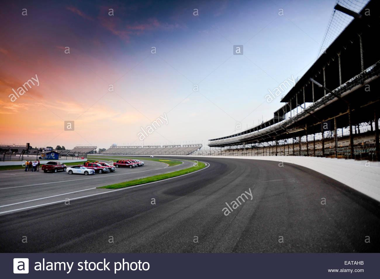 Gire uno de los Indianapolis Motor Speedway al amanecer. Imagen De Stock