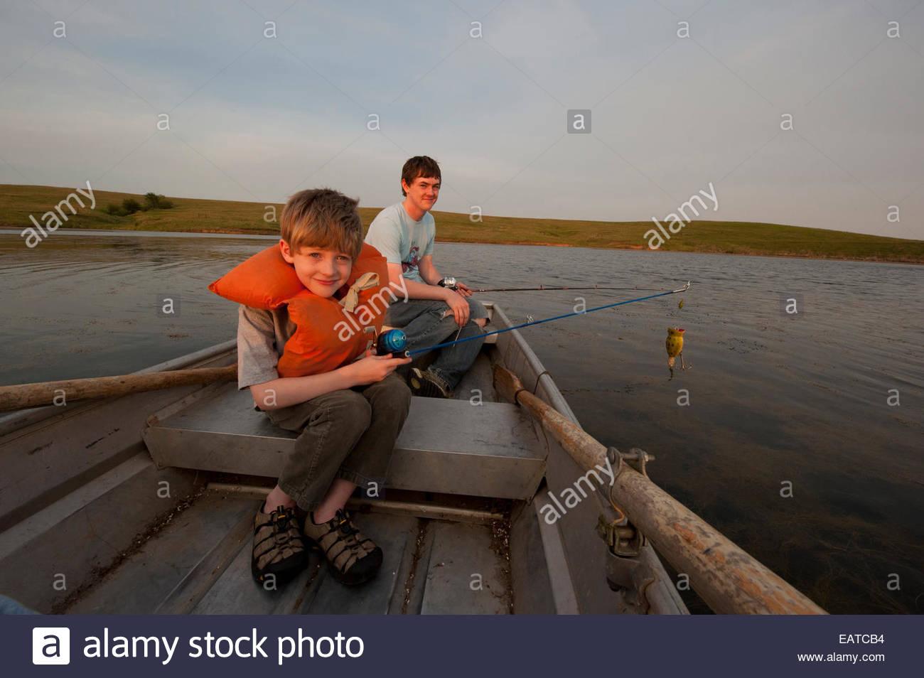 Dos hermanos en un viaje de pesca. Imagen De Stock
