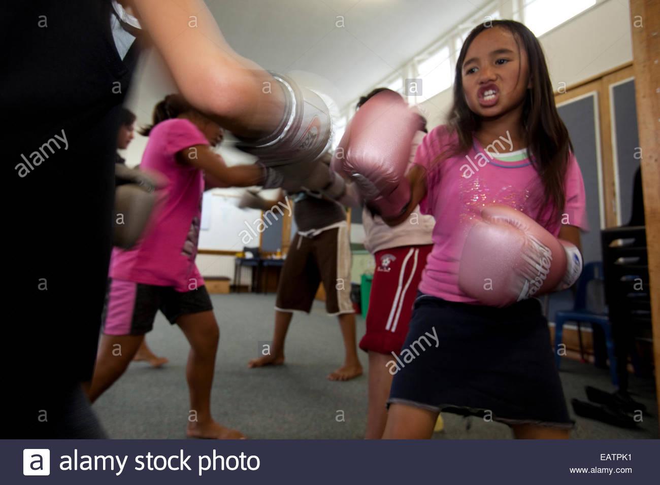 Una chica joven maorí, prácticas de boxeo. Imagen De Stock