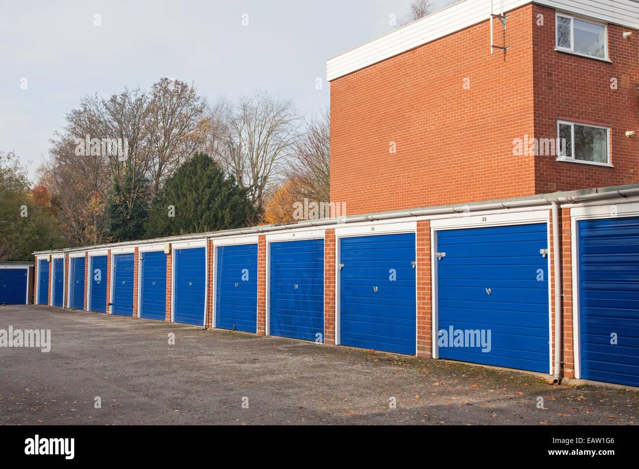 Alquiler de Garajes en una urbanización, Birmingham, Inglaterra, Reino Unido. Imagen De Stock