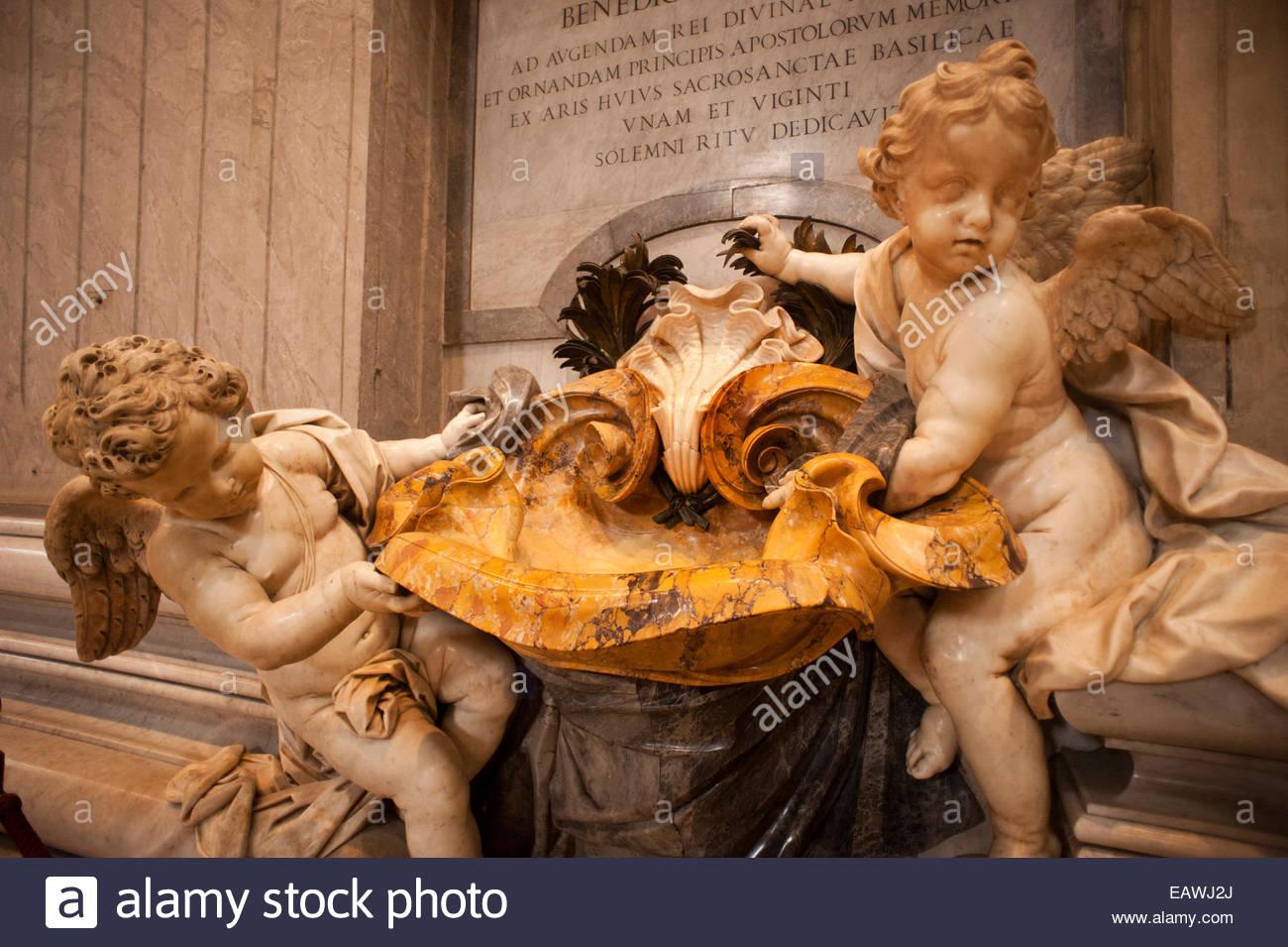 Ángeles flanquean un fuente en el Vaticano. Imagen De Stock