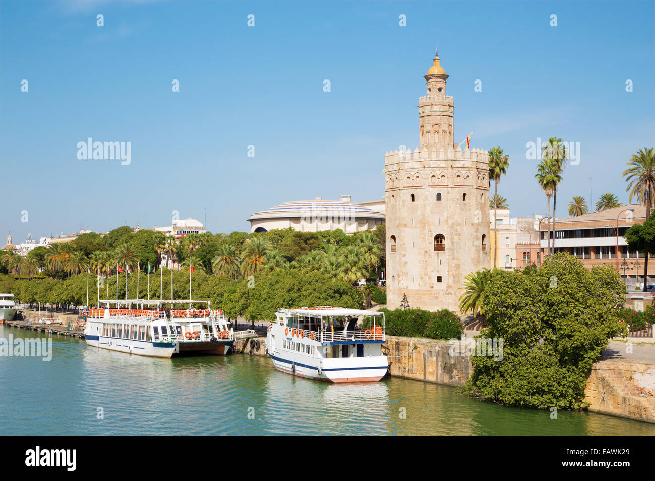 Sevilla - La torre medieval Torre del Oro en la ribera del río Guadalquivir. Imagen De Stock