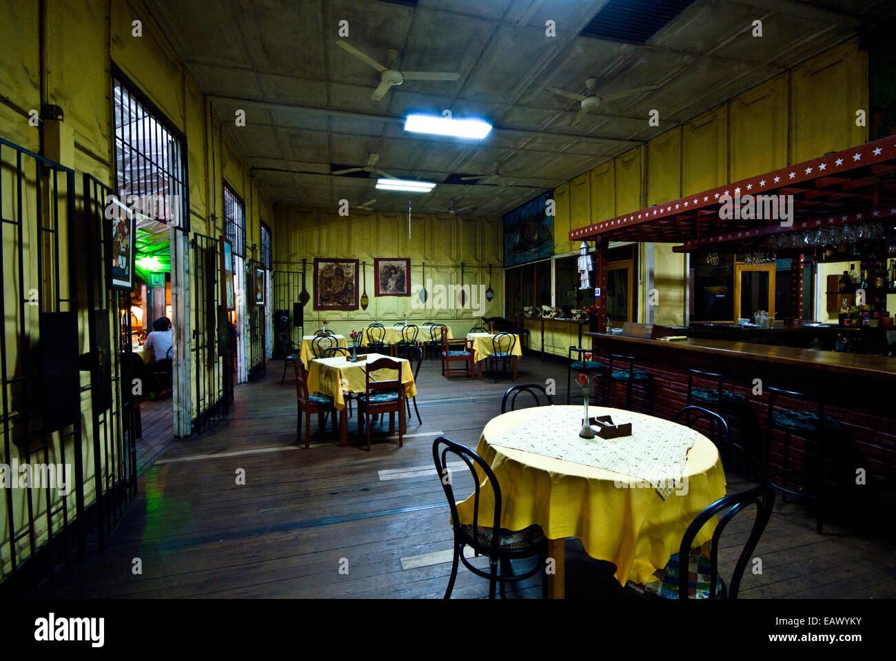 Mesas y sillas de comedor en un antiguo restaurante de acero en una ciudad  del río 6b3e119dd5c3