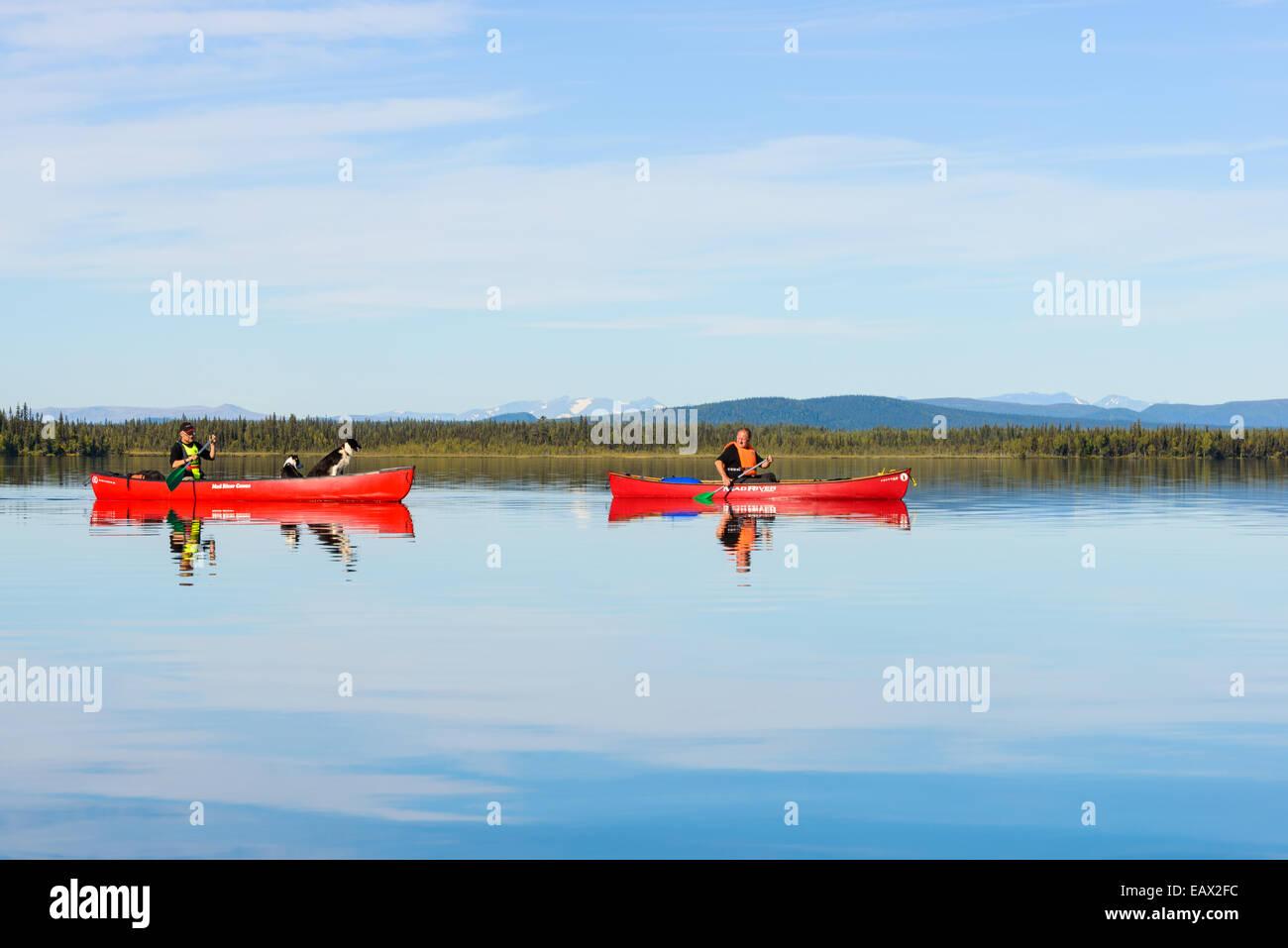 Dos personas canoa en un tranquilo lago Imagen De Stock