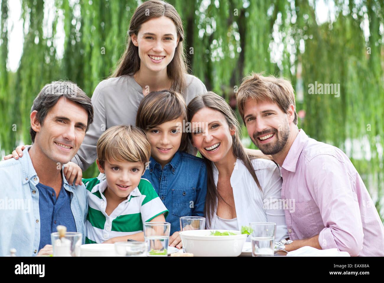 Posando para el retrato de familia de reunión al aire libre Imagen De Stock