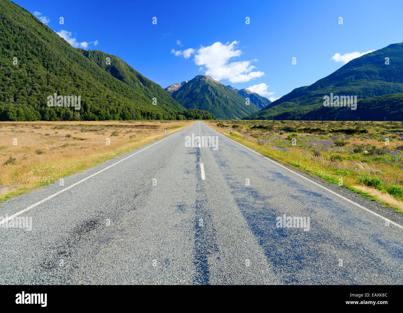Pintoresca carretera de montaña en los Alpes del sur de la Isla del Sur de Nueva Zelanda Foto de stock