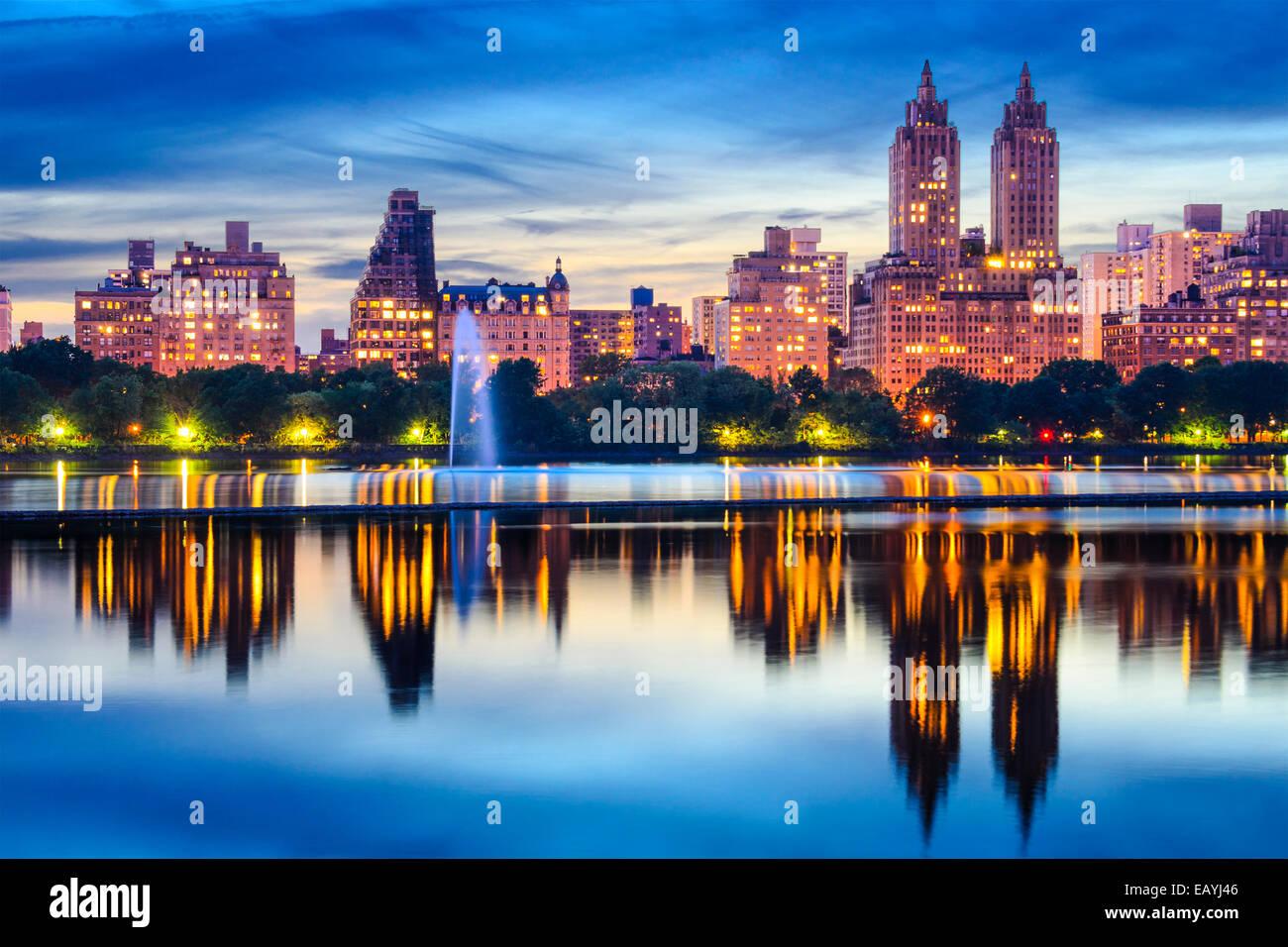 La Ciudad de Nueva York, EE.UU. del paisaje urbano en Central Park Lake. Imagen De Stock