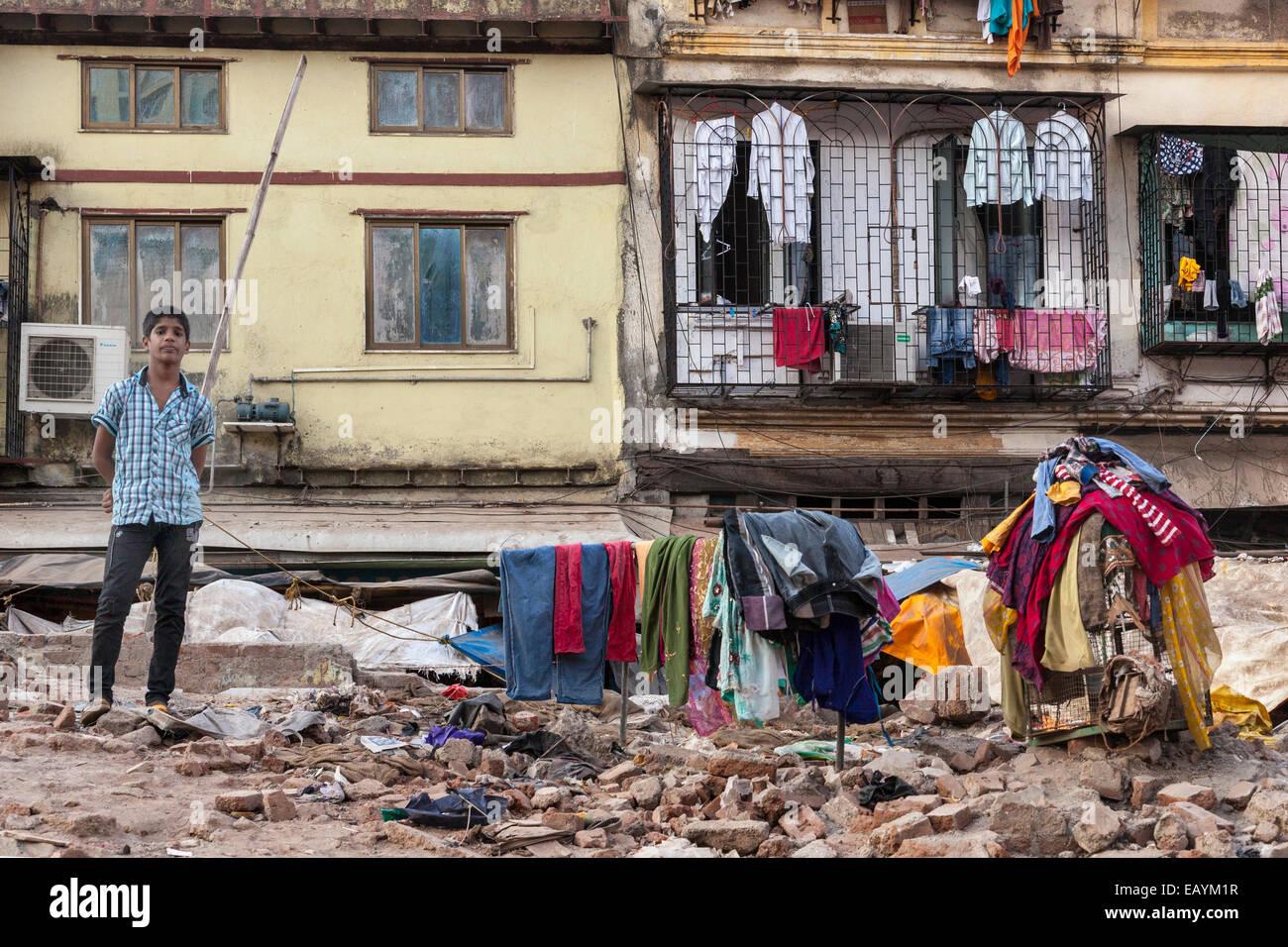 La juventud india jugando en un sitio de construcción, Mumbai, India Imagen De Stock