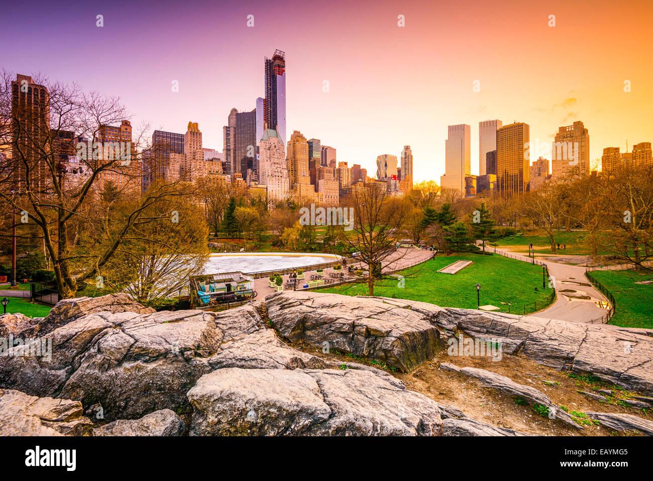 El paisaje urbano de la ciudad de Nueva York vista desde el Central Park. Imagen De Stock