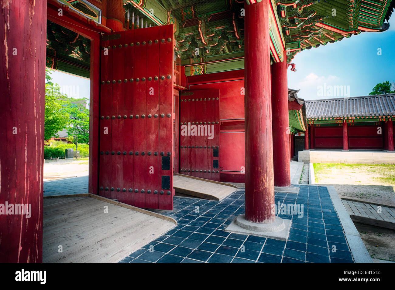 Puertas interiores del palacio Changdeok, Seúl, Corea del Sur Imagen De Stock