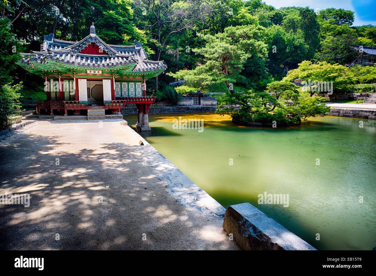 Pabellón Buyongjeong con un estanque, área Huwon, Jardín Secreto, Complejo de palacio Changdeokgung, Imagen De Stock