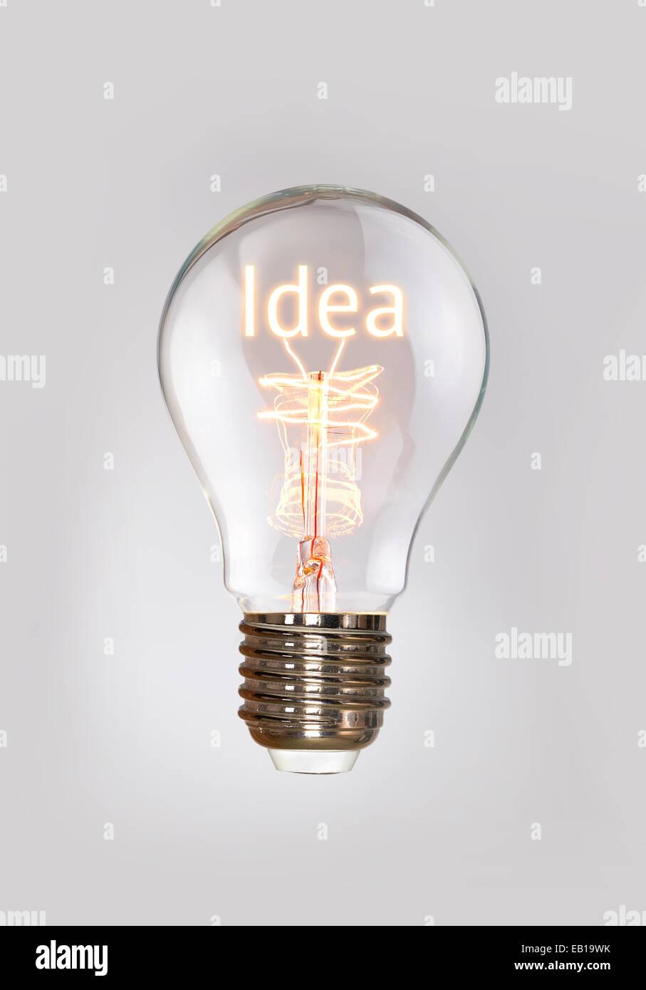 Ideas concepto en una bombilla de filamento. Imagen De Stock