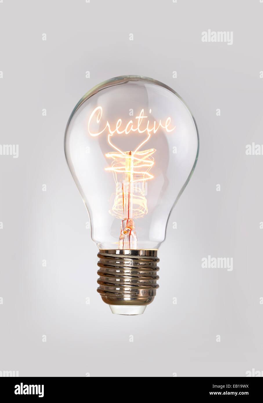 El concepto creativo en una bombilla de filamento. Imagen De Stock