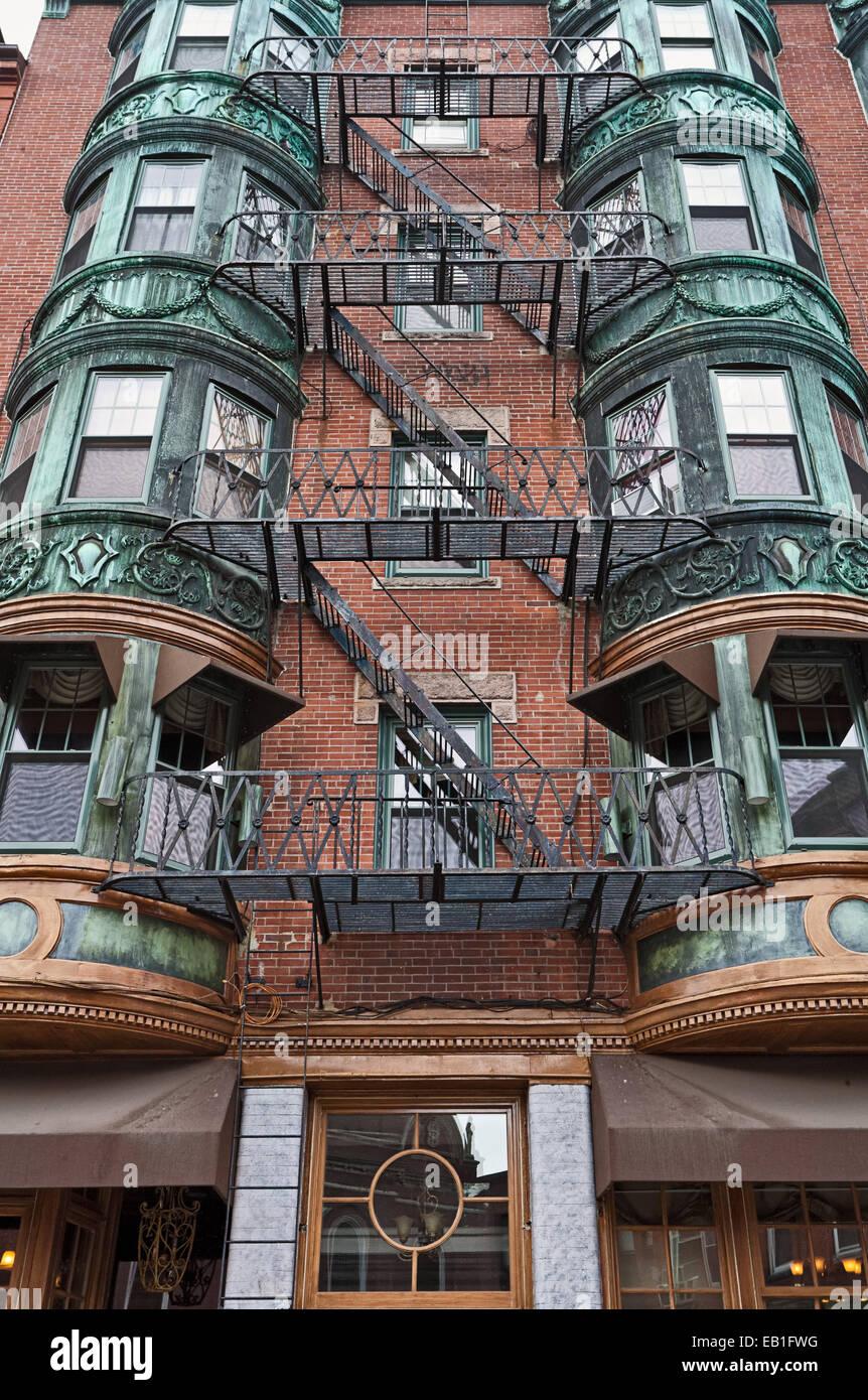 Fachada ornamentada con fuego-escape en Boston, Nueva Inglaterra. Imagen De Stock