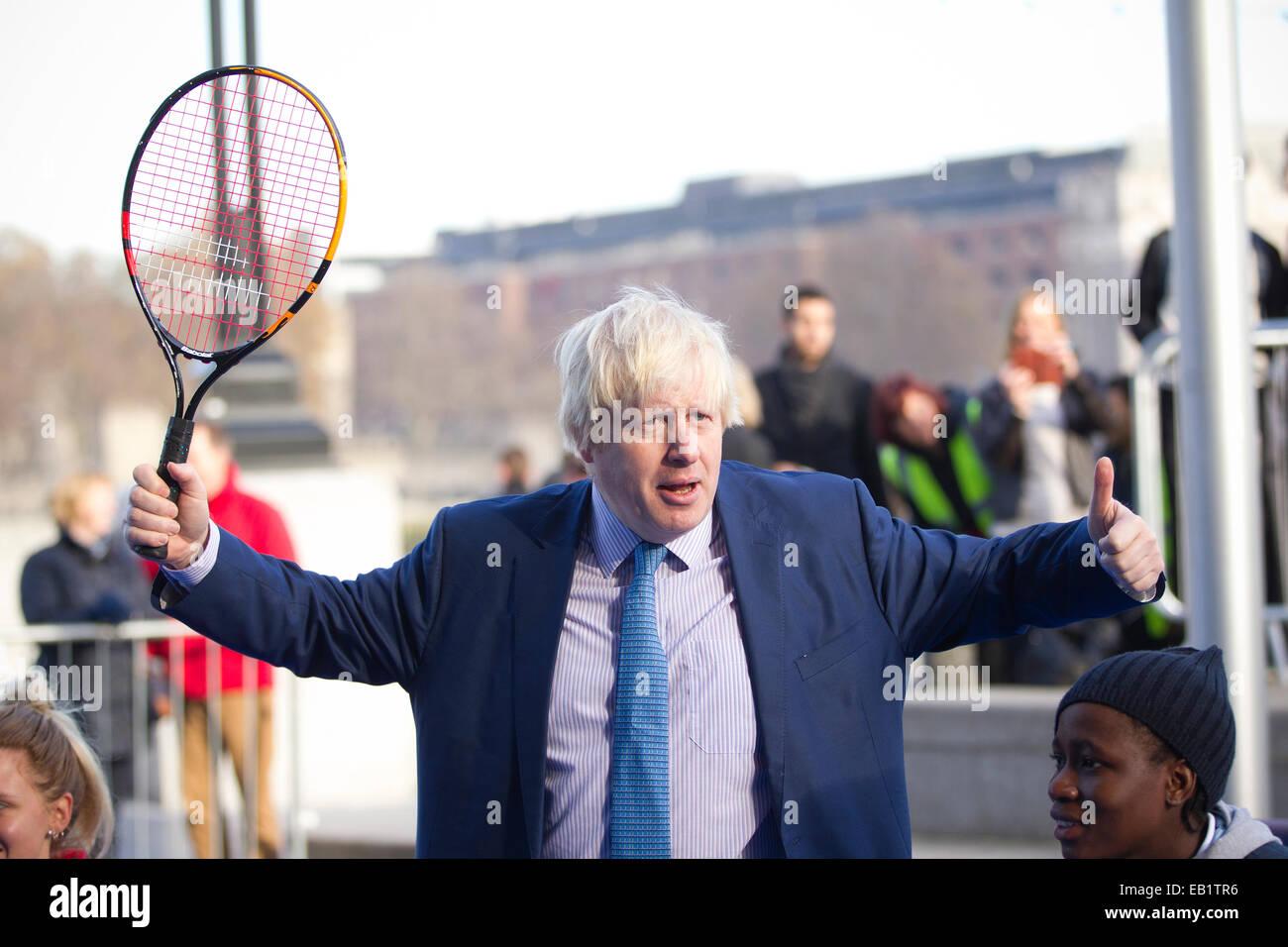 Londres, Reino Unido. El 24 de noviembre de 2014. Alcalde de Londres Boris Johnson a unirse a algunos de los mejores jugadores de tenis en silla de ruedas, ya que demuestran sus habilidades de cara al próximo NEC Masters de tenis en silla de ruedas. Crédito: Jeff Gilbert/Alamy Live News Foto de stock
