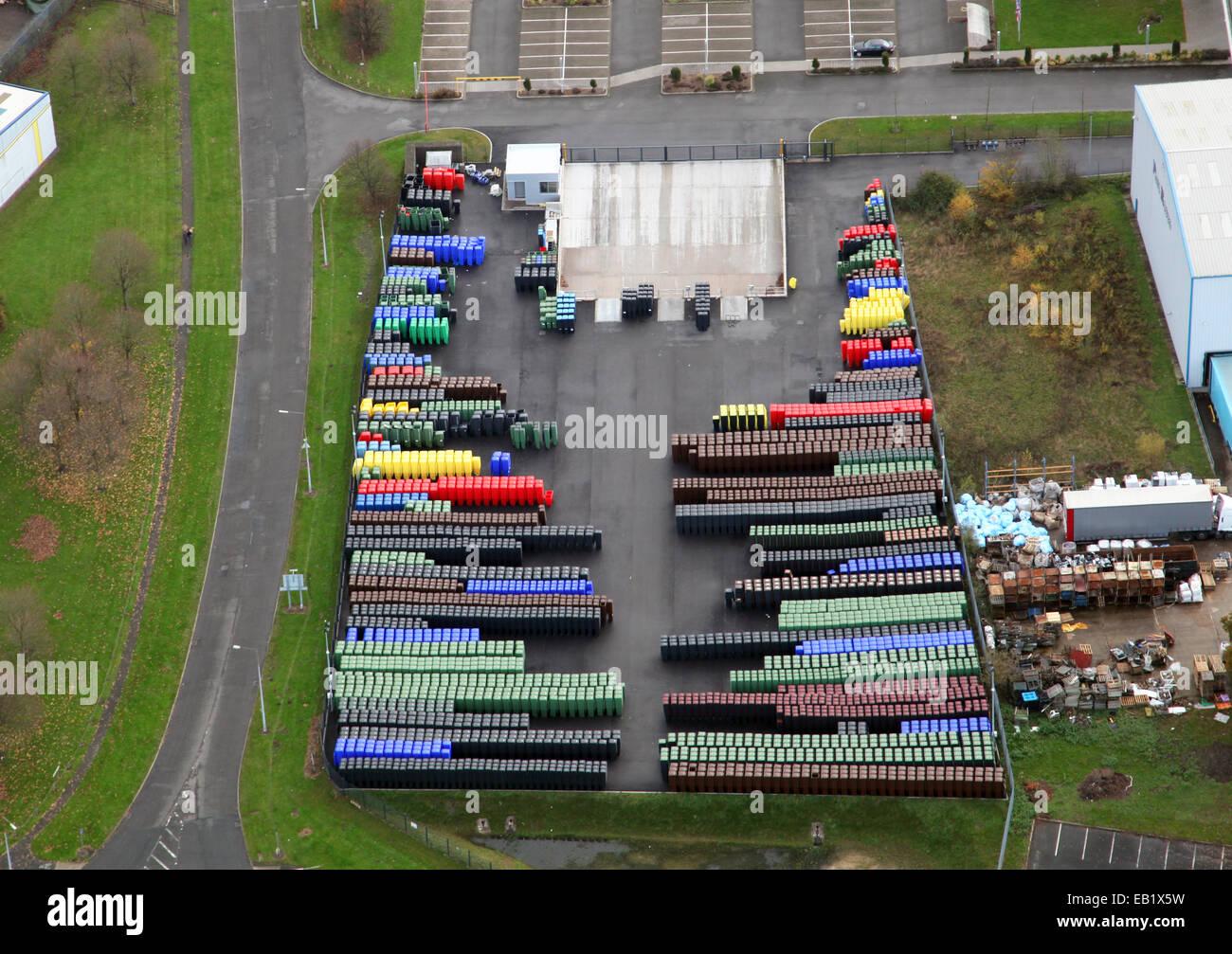 Vista aérea de coloridos recipientes plásticos en una fábrica en Telford Imagen De Stock