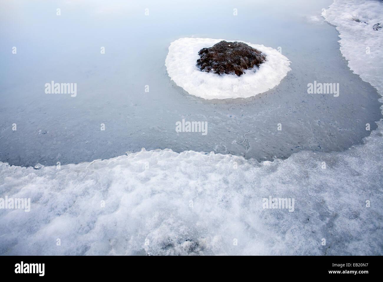 Derretimiento de hielos alrededor de rock en Islandia Foto de stock