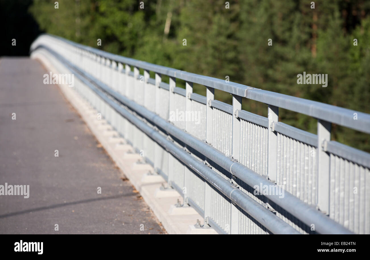 Puente carretera de barrera de seguridad metálica Foto de stock