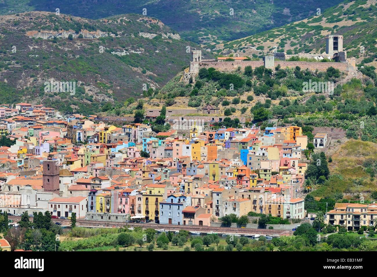Las ruinas del castillo de Malaspina domina el centro histórico, Bosa, provincia de Oristano (Cerdeña, Italia) Foto de stock